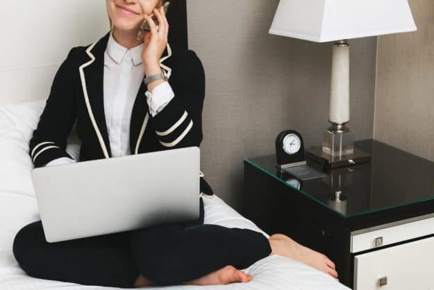 woman-with-laptop-in-hotel_925x-625x417